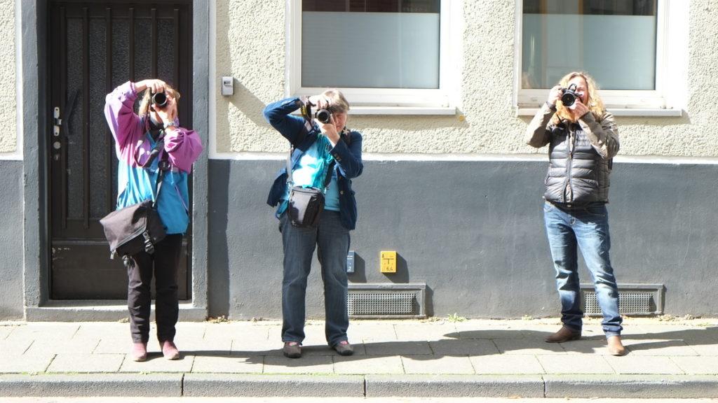 Teilnehmerfoto mit drei fotografierenden Frauen
