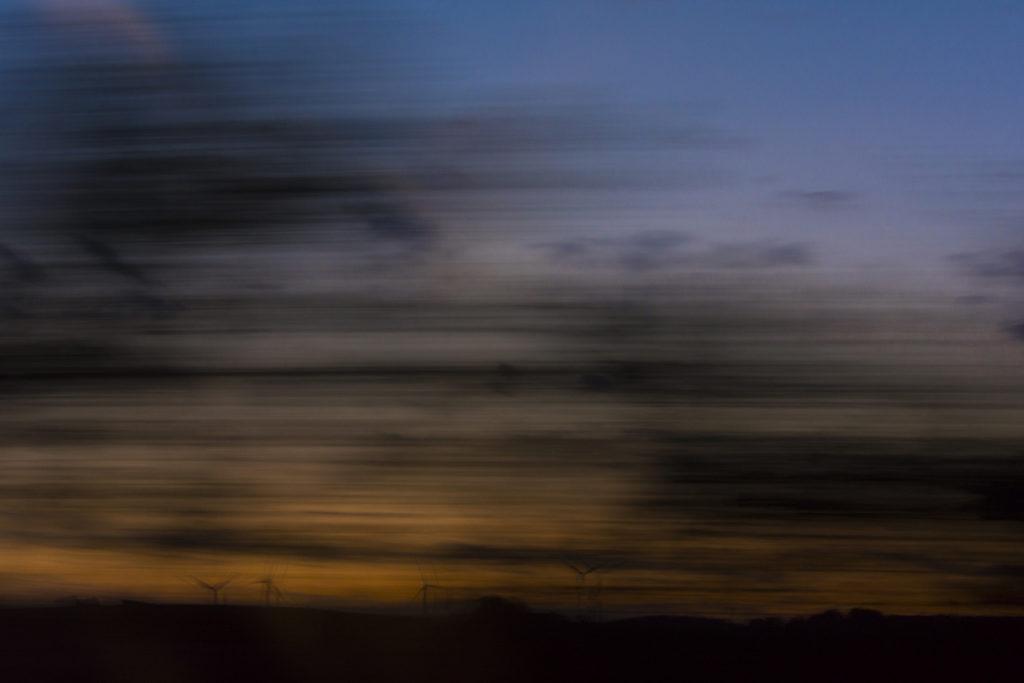 Blick aus dem fahrenden Zug, abends