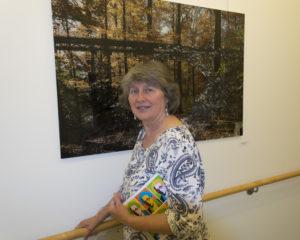 """Die Künstlerin vor ihrem Bild """"Während unter dem Brückenbogen"""""""